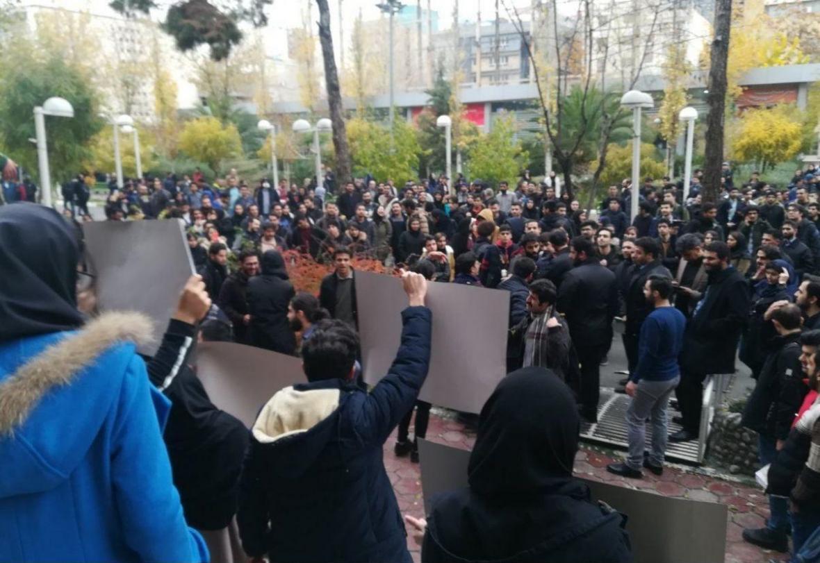 جمعی از دانشجویان دانشگاه امیرکبیر در این دانشگاه تجمع کردند