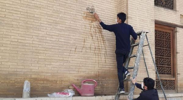 پاک سازی آثار آتش افروزی هنجارشکنان چهارشنبه سوری از بدنه کاخ هشت بهشت اصفهان