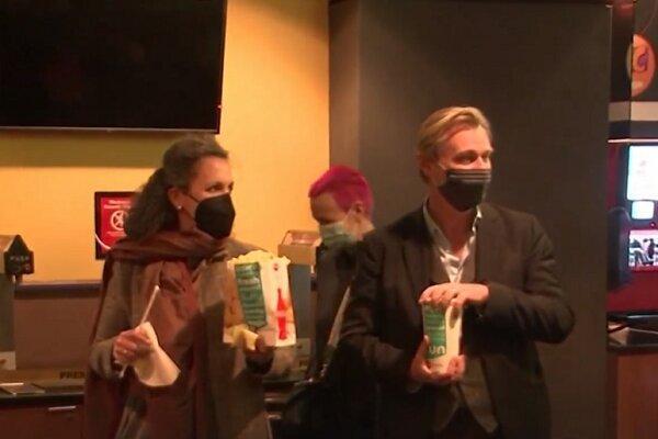 کریستوفر نولان کارگردان سه گانه بتمن در صف خرید بلیت سینما ایستاد خبرنگاران